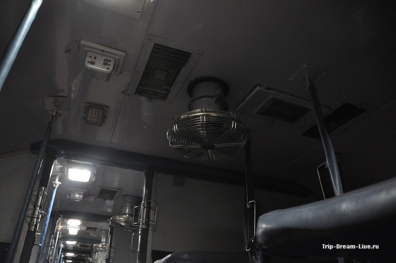Вентиляторы в вагоне поезда