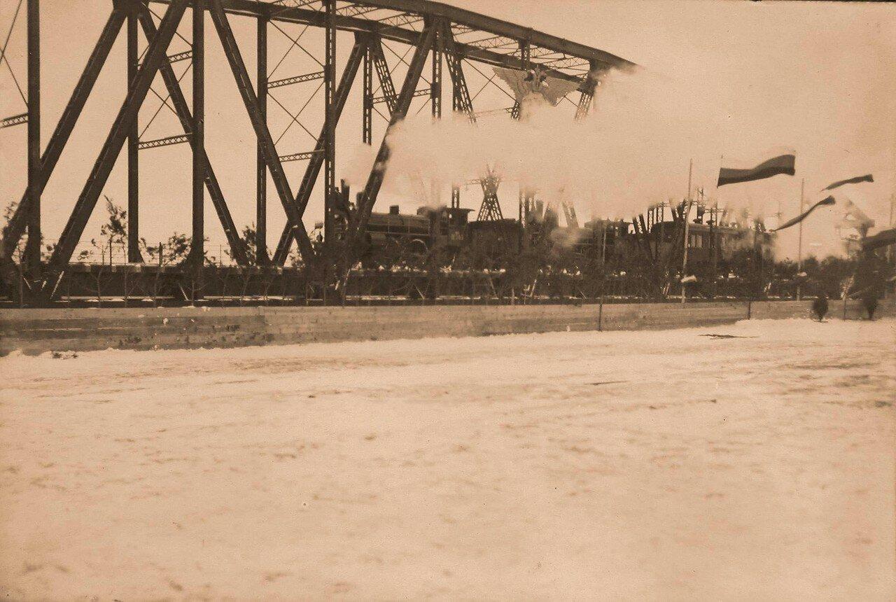 26. Поезд со вдовствующей императрицей Марией Федоровной отбывает в день открытия движения по новому железнодорожному мосту