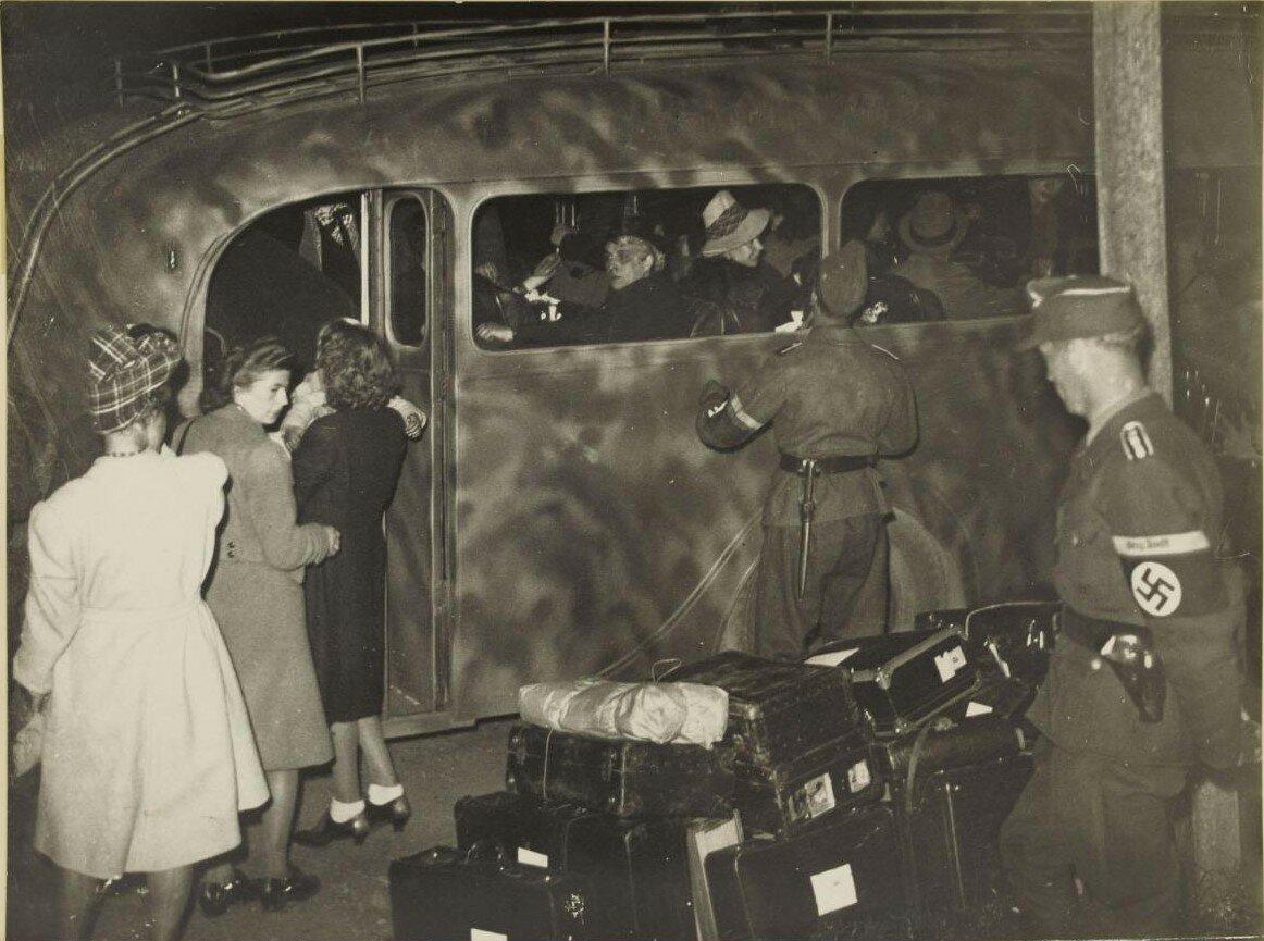 12-18 августа. Эвакуация немецких гражданских лиц при промощи членов организации Тодта в машине с камуфляжем