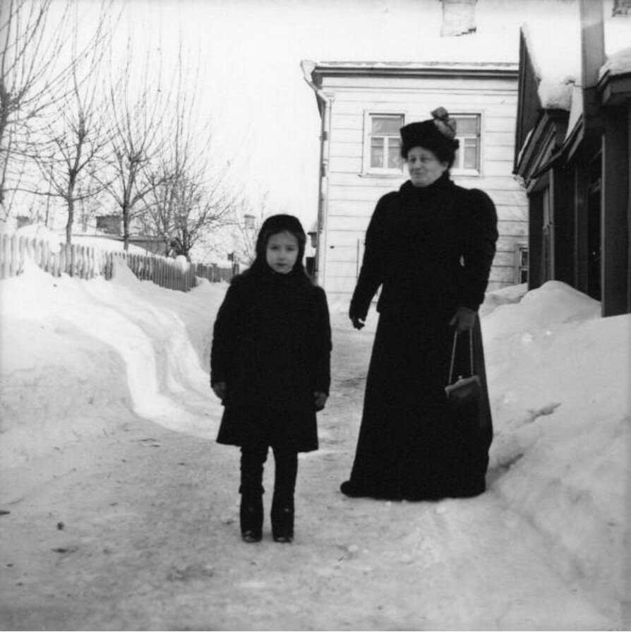 1900-е. Мадам Сапир и Люба во дворе в Грузинах