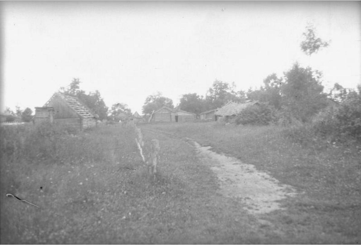 Полуразрушенные сельские постройки