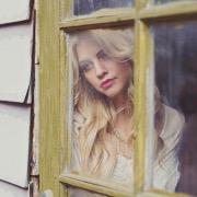 девушка за окном