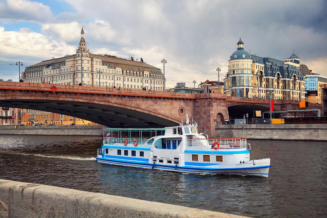 прогулочный теплоход на Москва-реке