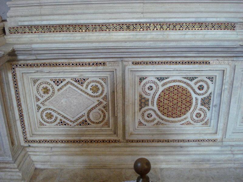 023-мавзолей Брея (нижняя часть, слева).jpg