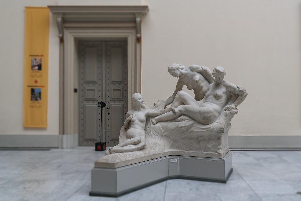 Скульптура писающий мальчик на фоне больших сисек фото 203-359