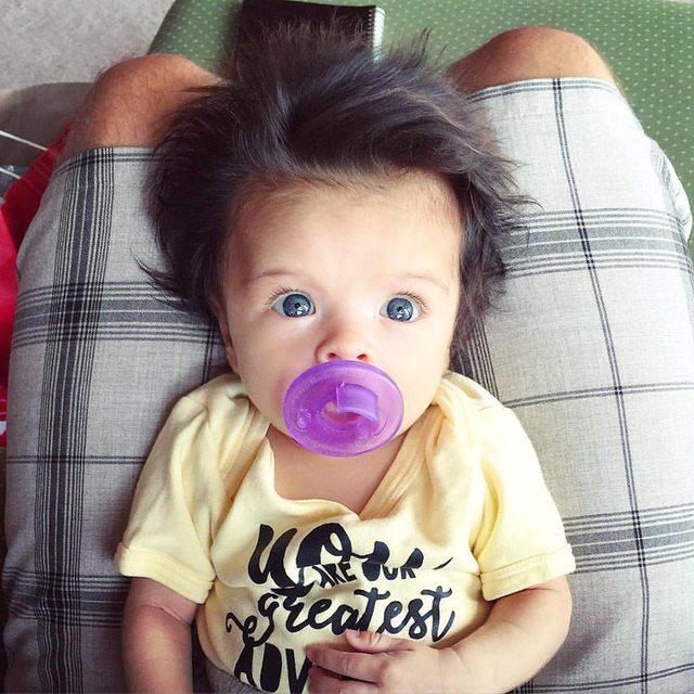 Двухмесячная малышка поразила всех своей шевелюрой