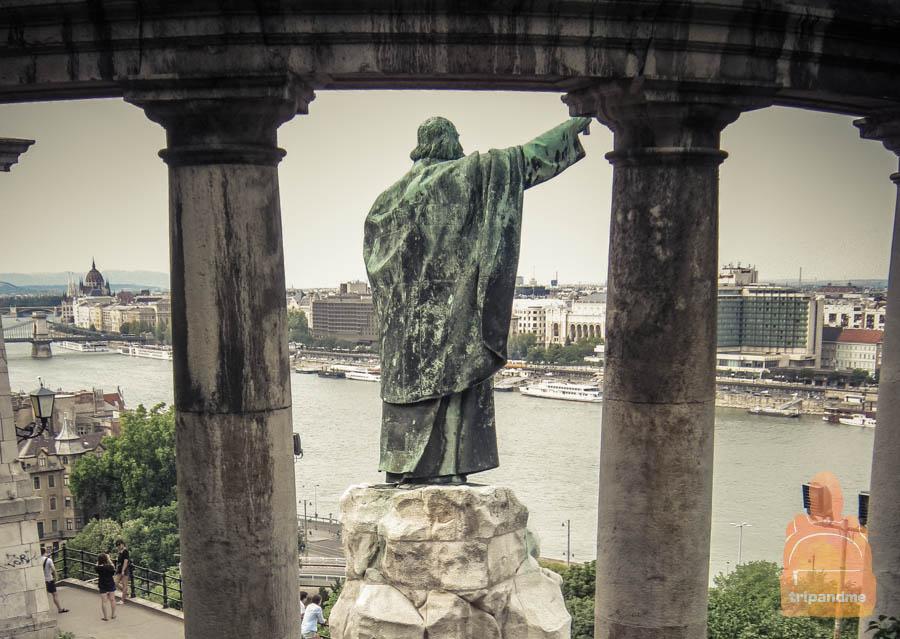 Памятник Геллерту находится на стороне Пешта