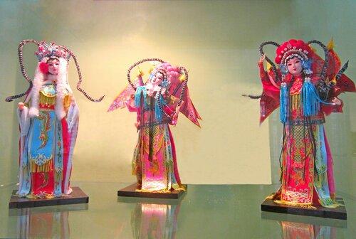 """Му Гуйин, Хуа Мулань и Сюнь Гуаньнян персонажи пекинской оперы """"Женщины - полководцы рода Ян""""."""