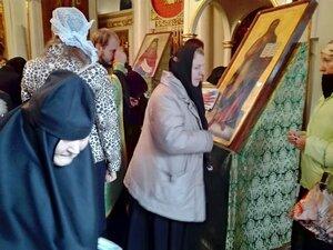 Сестры и клир прикладываются к мощам и иконам по окончании молебна