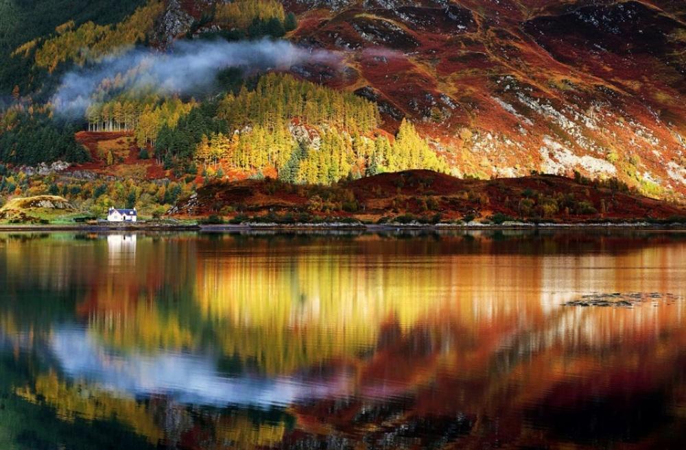 © nationalgeographic  Озеро Аши нафоне разноцветного леса, Хаконе, Япония