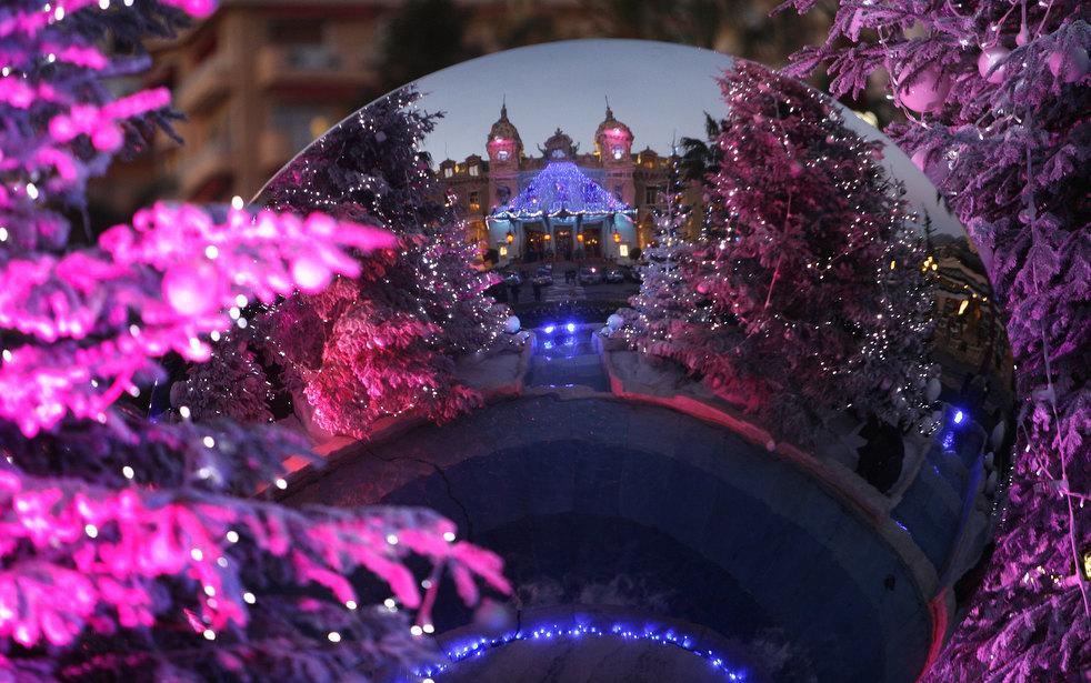 14. Отражение казино Монте-Карло в отполированном стальном шаре на статуе в Монако. (AP / Lionel Cir