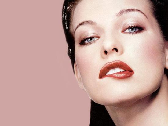 Мила Йовович родилась в Киеве. Ее мать, Галина Логинова, была актрисой, а отец — доктором-педиат