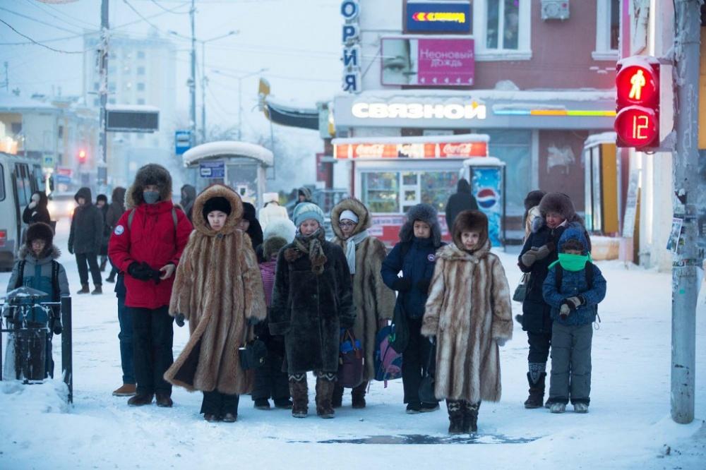 © bloomberg  Медвежья шкура вмеховом магазине Якутска, изнее делают традиционную обувь— унт