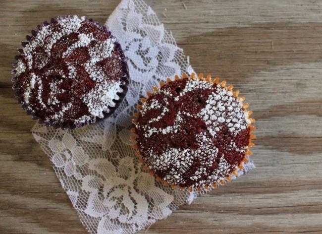 © sweet-verbena.blogspot  Быстрое решение для украшения кексов— сахарная пудра, просыпанная с