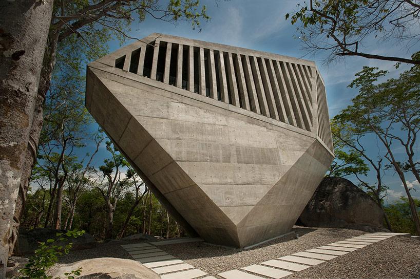 Часовня в виде огромного камня в Акапулько