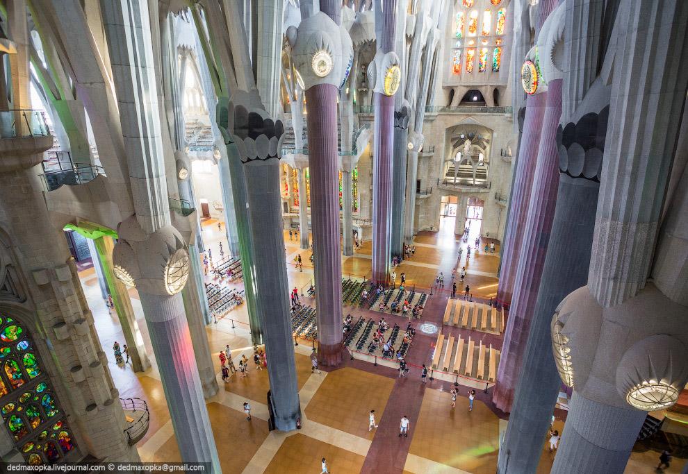 С Саграда Фамилией у нас было связано две цели — залезть на верхушку башни и на кран, который в