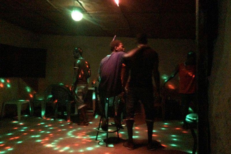 15. А Человек-расческа в это время танцевал, восседая посреди танцпола на барном стуле.