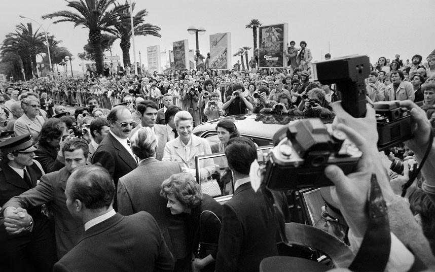 32. 15 мая 1980 года. Княгиню Монако встречают журналисты, когда она приезжает на 33-й Каннский кино