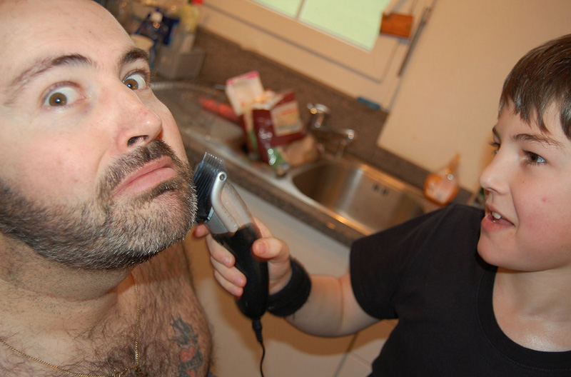 Подравнивание усов и бороды (а также модельные стрижки) Трепещите, хипстеры и рокеры всех возрастов.