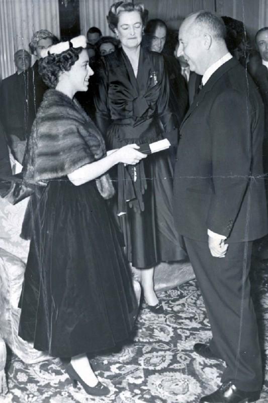 Диор владел арт-галереей Богатый отец Кристиана подарил ему собственную галерею в 1928 году п