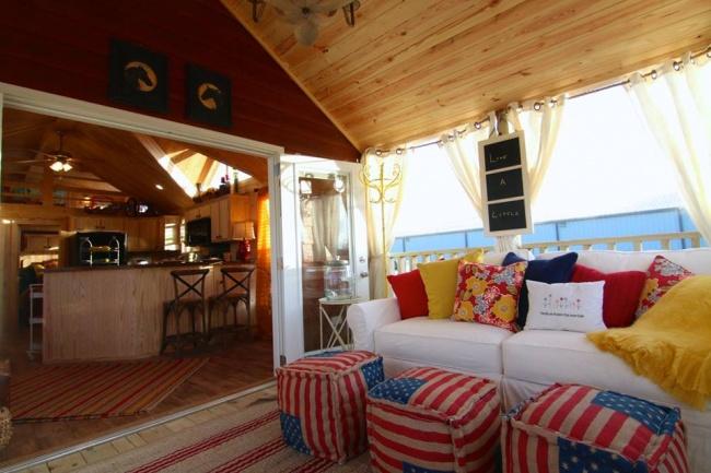 © Rustic River Park Homes  Вытолько посмотрите наэто элегантное оформление. Деревянные стены