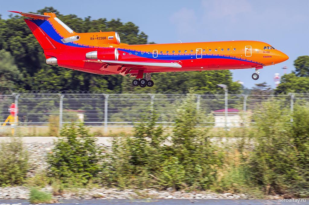 Самолет Як-42 Красавии в аэропорту Сочи
