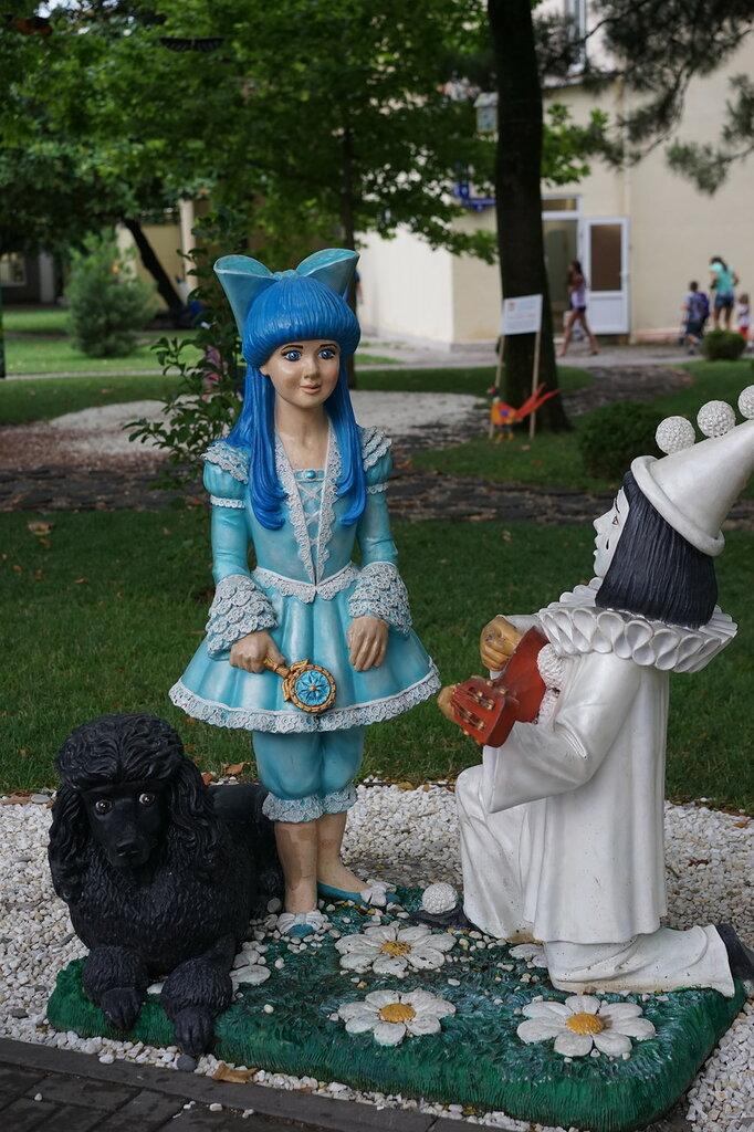 Скульптуры Мальвина, Пьеро и Артемон (Город Сказок, г.Геленджик)