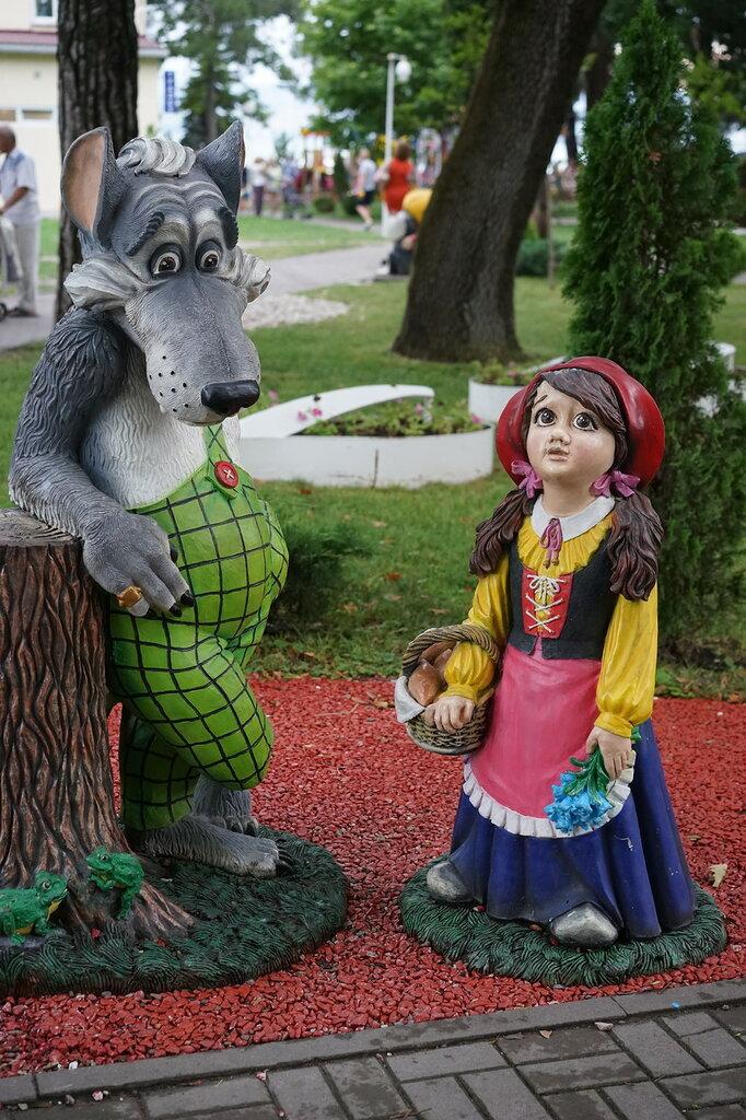 Серый волк и красная шапочка (Город Сказок, г.Геленджик)