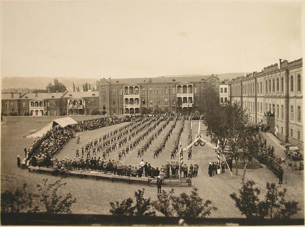 10. Общий вид плаца военного училища во время проведения смотра-парада юнкера выполняют упражнения в строю