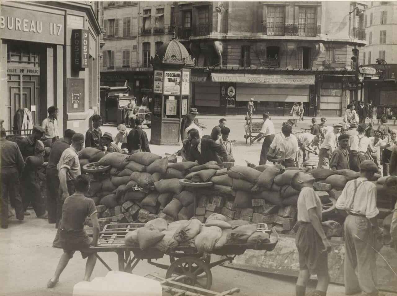 22-25 августа. Строительство баррикад на Риволи, на углу площади Сент-Оппортюн