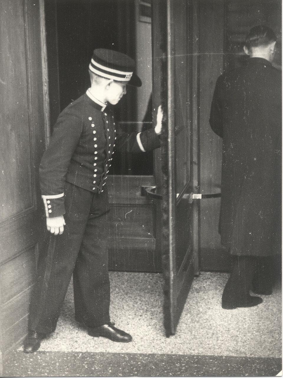 Молодой портье у входа в отель