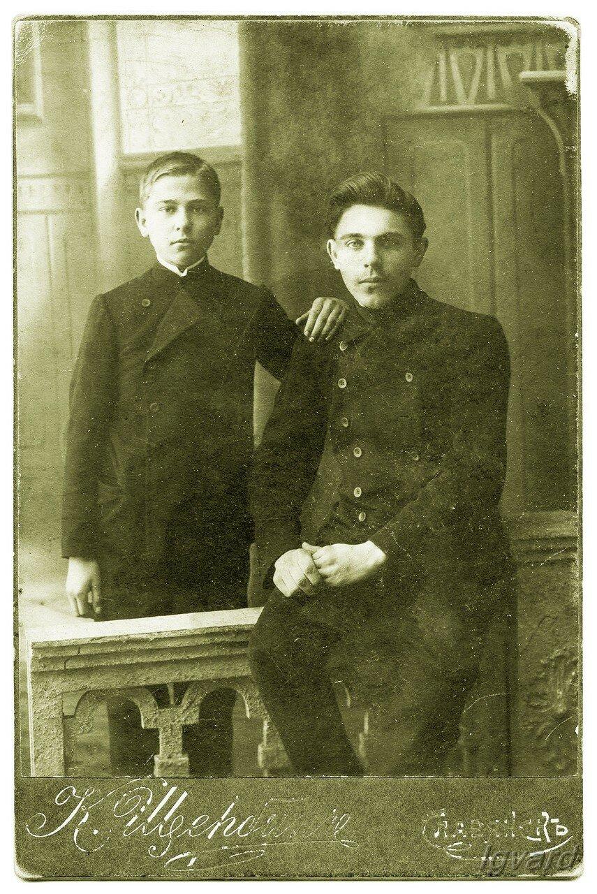 Николай Алексеевич Роменский (слева).1908