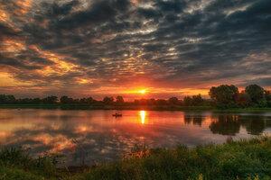 Облачным утром солнце вставало...