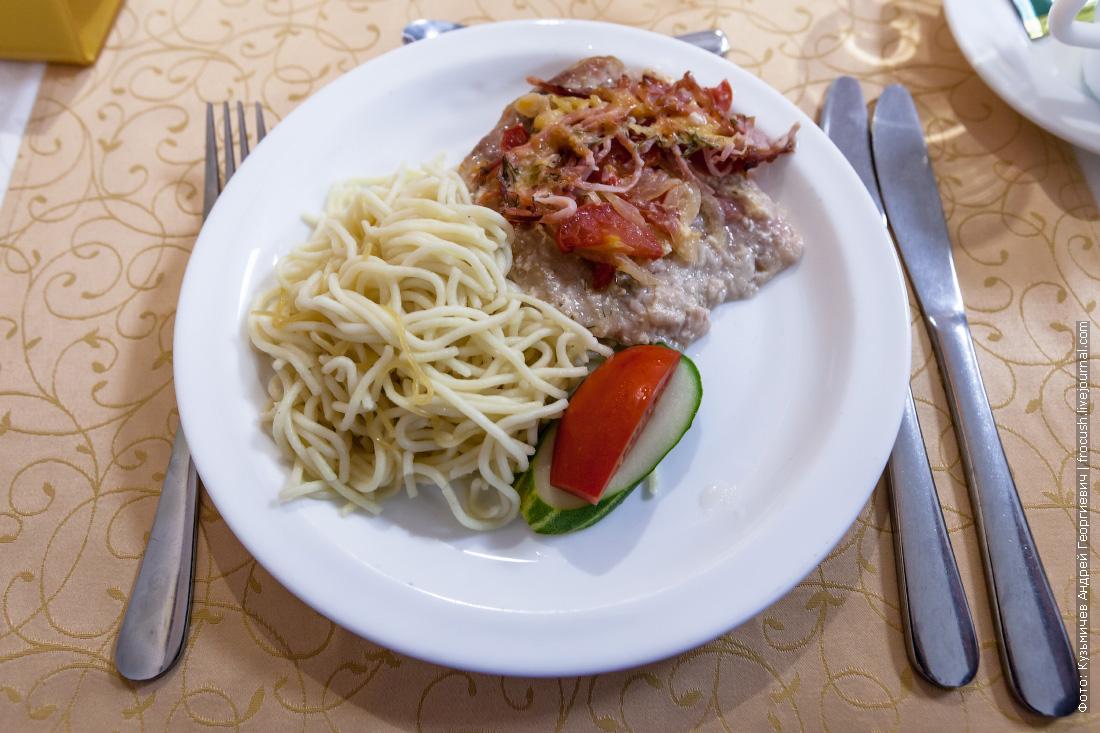 Свинина «Новинка», спагетти отварные, свежие овощи