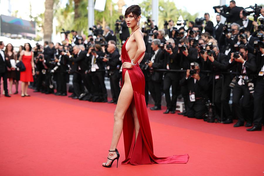 19-летняя американская модель Белла Хадид в откровенном платье на Каннском кинофестивале