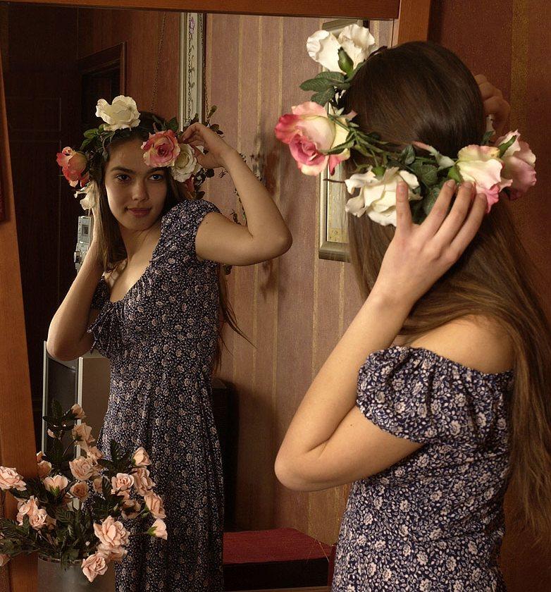 Обнаженная Джульетта позирует с цветами