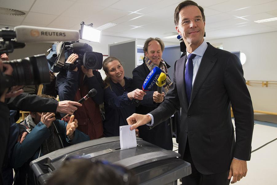 референдум по Украине в Нидерландах, голосует Рютте.png