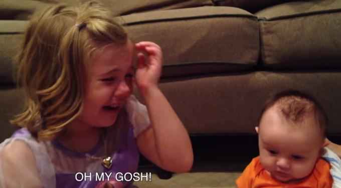 Видео. Старшая сестра не хочет, чтобы братик вырос