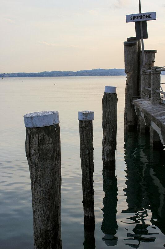 Пирс полуострова Сирмион в закате дня