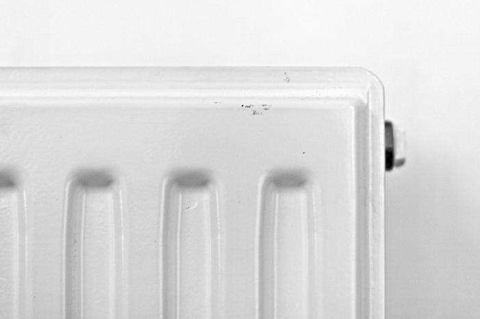 3. Пользоваться обогревателем Мощное отопление, конечно, спасает от зимних морозов, но оно иссушает