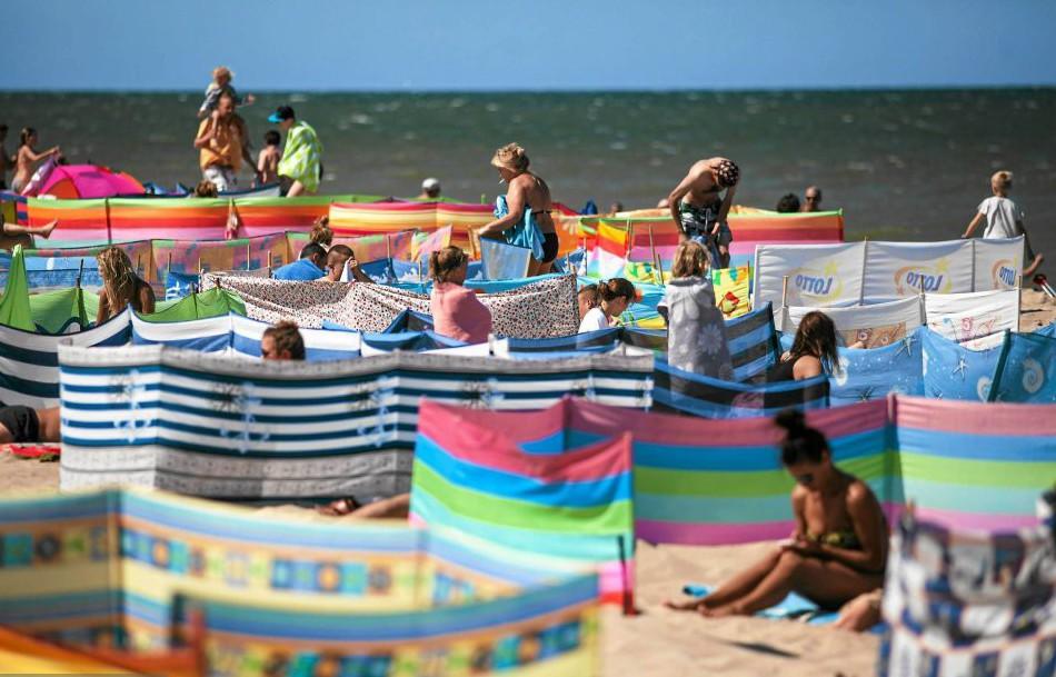 Вот что-то они помелочились, надо было на весь пляж сразу установить…