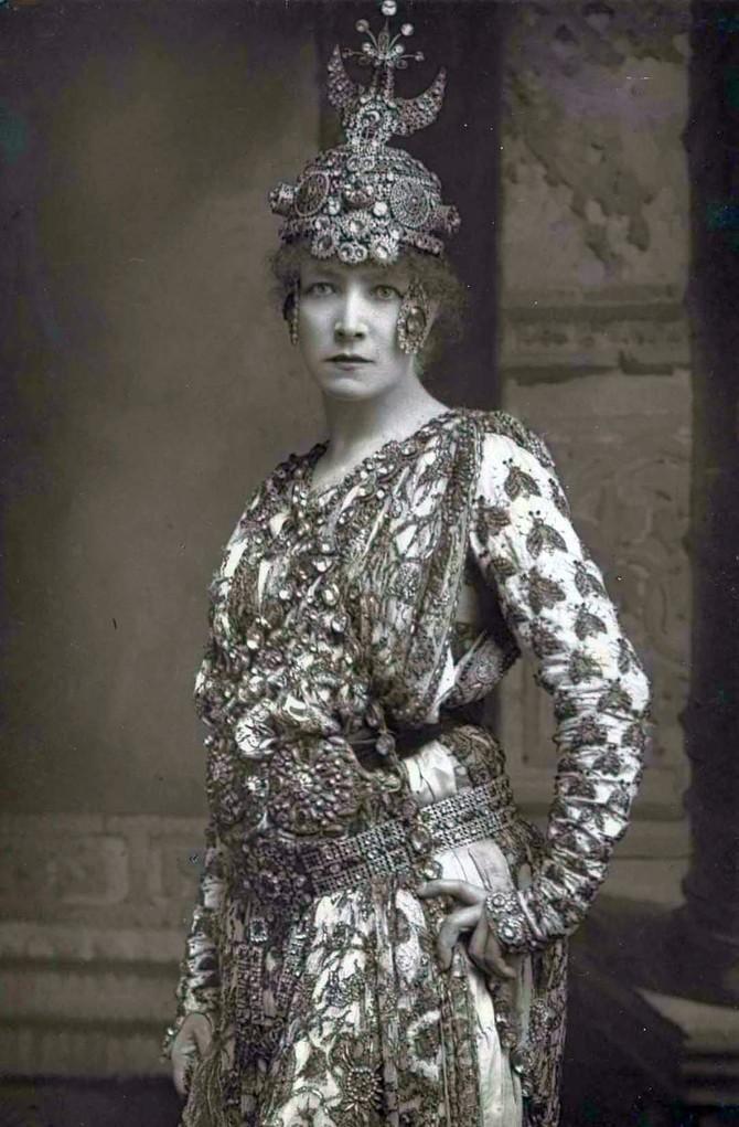 Сара Бернар в образе Теодоры. Помимо женских ролей, актриса блестяще справлялась с мужскими партиями