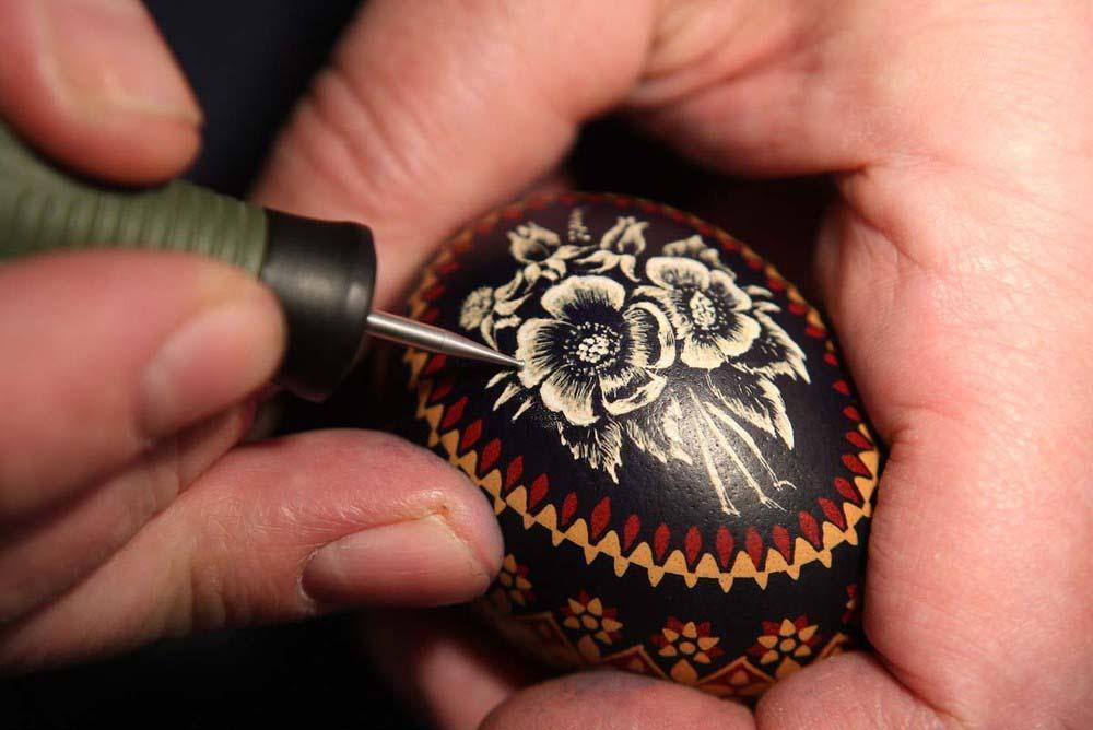 2. Мастер росписи яиц гравирует пасхальное яйцо в городе Шлайфе. Пасха – особенно важное время для л