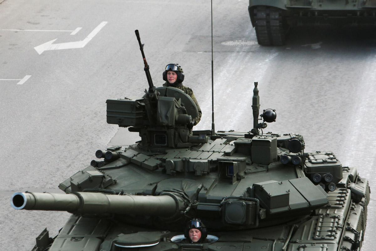 Боевой танк «Т-90» на проспекте Маршала Жукова.