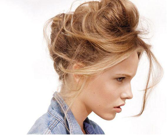 Женщина с налакированными волосами, полными мусса и геля, а также хаотично расположенными на голове