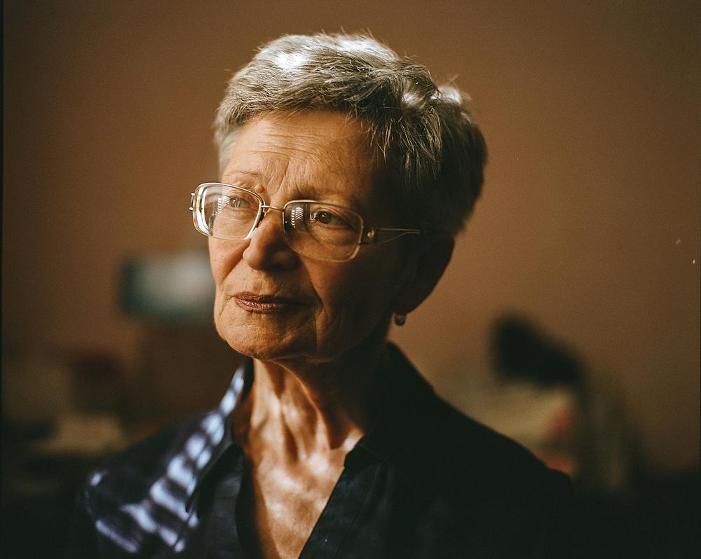 Последние пару лет я снимаю серию про бабушек. Ее можно посмотреть вот здесь . А началось все с этог