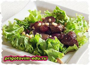 Салат из печени с кедровыми орешками
