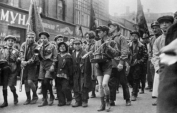 Беспризорники в колонне пионеров на первомайской демонстрации. 1927 год..jpg