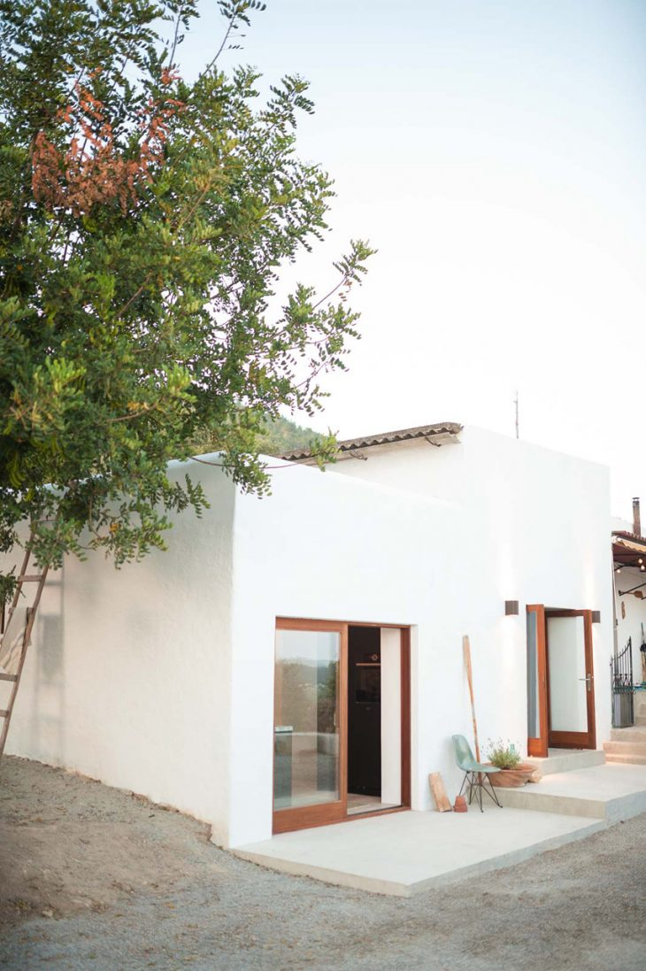 On a mountain in the rugged north of Ibiza, lies this beautiful casita. What formerly served as stab