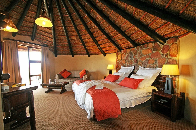 Необычный «первобытный» отель с номерами пещерами в Африке
